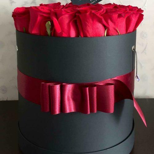 Hermosas rosas premium cuidadosamente seleccionadas contenidas en un elegante packaging trabajado totalmente a mano y para complementar la experiencia cuelga un delicado cristal swarovski.