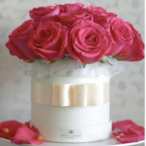 Finas rosas cuidadosamente elegidas en un elegante packaging trabajado completamente a mano.